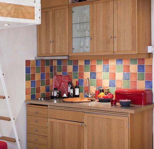 Faianta colorata pentru peretele din spatele zonei de lucru din bucatarie
