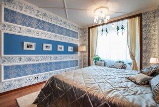 Dormitor cu tapet alb-albastru