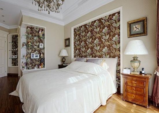 Dormitor cu tapet cu flori