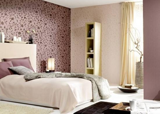 Dormitor cu tapet roz