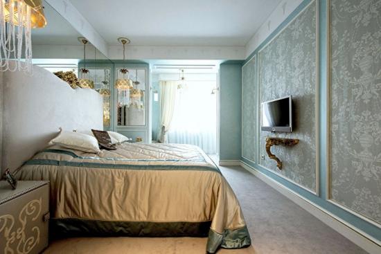 Dormitor cu tapet verde