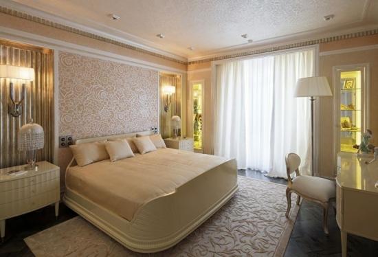 Dormitor luxos cu tapet