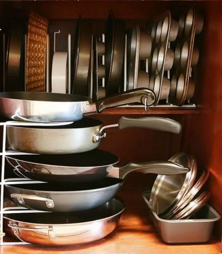 Depozitare tavi de copt si tigai in dulapul de bucatarie