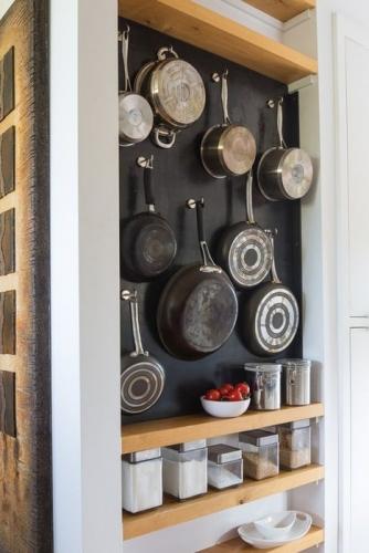 Nisa in perete cu etajere si carlige pentru depozitarea urstensilelor de bucatarie