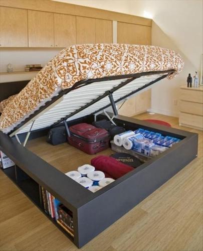Pat de dormitor pe mijloc cu lada de depozitare sub el
