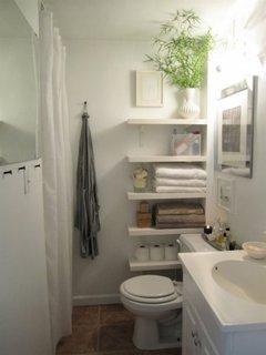 Etajete suspendate pe peretele de langa vasul de toaleta