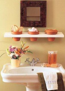 Ghivece de flori folosite ca si cosulete de depozitare in baie