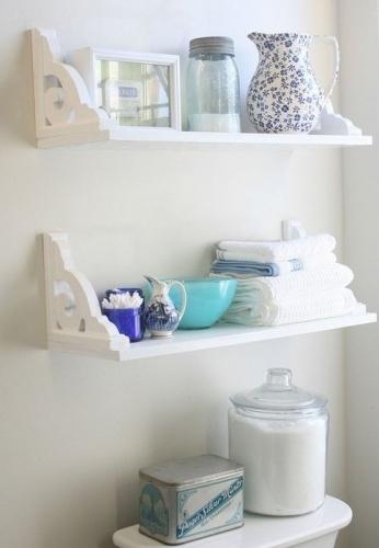 Model de etajere albe pentru baie