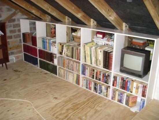 Biblioteca in perete scurt mansarda