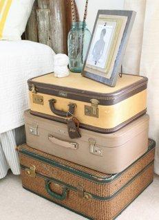 Incaltaminte depozitata in valize transformate in noptiere