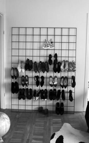 Pantofi depozitati pe perete in hol