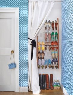 Spatiu de depozitare pantofi amenajat in nisa in perete