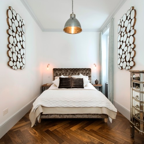 Dormitor contemporan alb cu parchet din lemn masiv