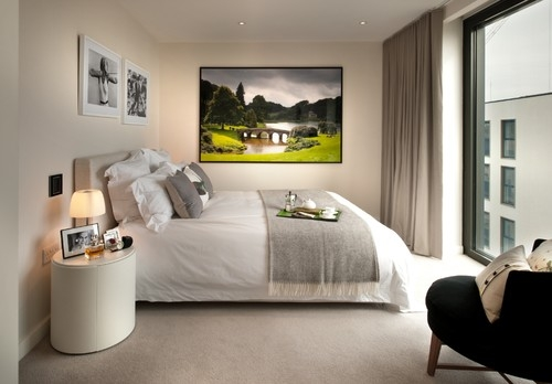 Dormitor lung si ingust cu mobila asezata pe latime