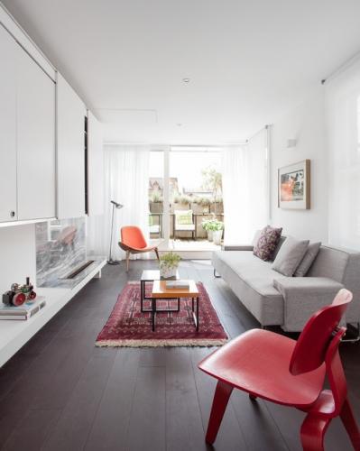 Living contemporan lung si ingust cu canapea gri deschis