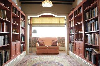 Living cu biblioteci mari pe ambele laterale ale camerei