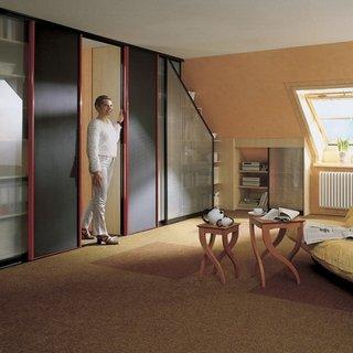 Camera mansarda cu dulapuri mari si mici