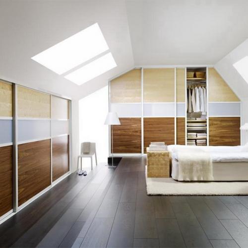 Camera mansarda cu dulapuri pe doi pereti