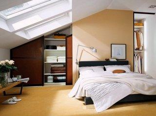 Dormitor mansarda cu doua dulapuri