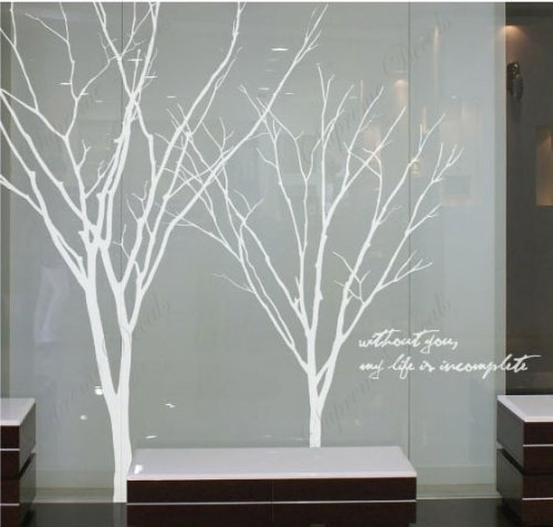 Copaci albi lipiti pe perete in living