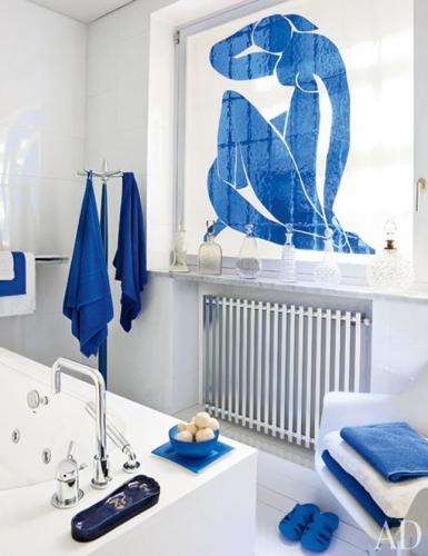 Baie mica alba cu accente albastru intens si fereastra pictata in stil Matisse
