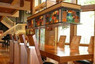 Candelabru mare din sticla vitraliu intr-un interior in nuante calde