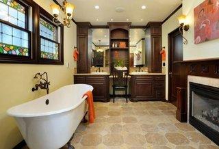 Decor elegant de baie cu ferestre pictate ca si vitralii