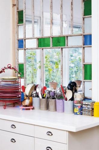 Fereastra interesanta de bucatarie cu bucatele de sticla pictata in verde si albastru