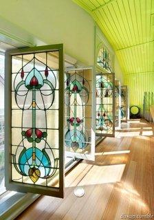 Ferestre mari cu geamurile pictate in stil vitraliu