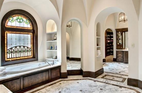 Ferestre vitralii pictate intr-o baie placata cu marmura