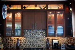 Mobilier de bucatarie din lemn maro inchis si sticla pictata cu modele geometrice