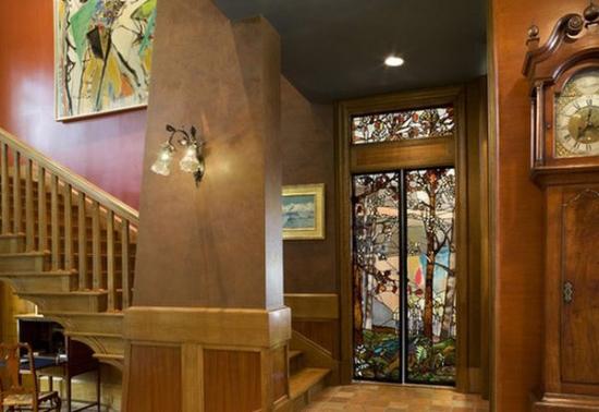Usa catre terasa din lemn si sticla pictata manual