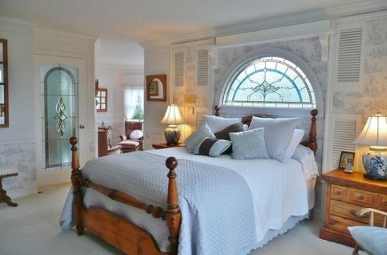Usa si fereastra cu sticla pictata pentru decorarea unui dormitor