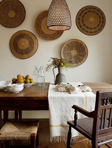Farfurii din lemn asezate pe perete din bucatarie