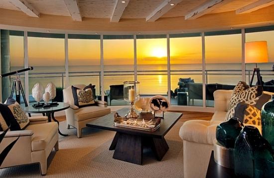 Living cu ferestre mari in forma de semicerc
