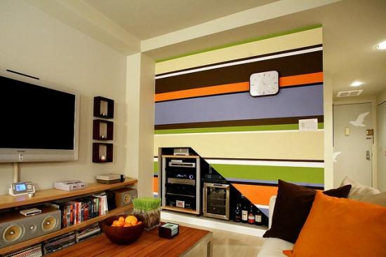 Living cu perete de accent in dungi colorate