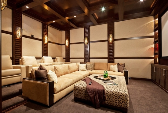 Living luxos cu tavan cu lemn si pereti cu baghete decorative
