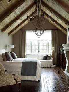 Dormitor la mansarda cu candelabru