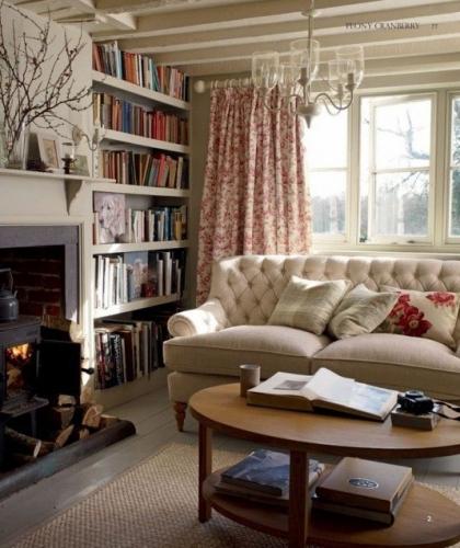 Semineu si biblioteca intr-un living frumos