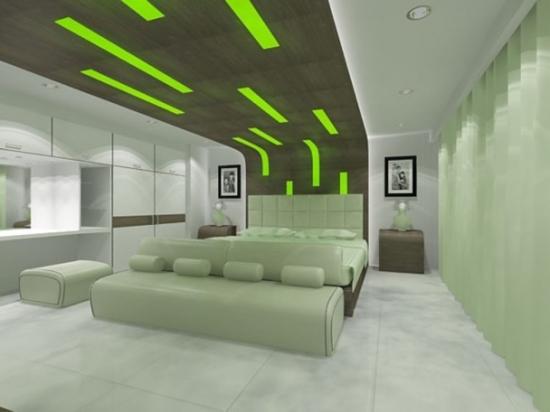 Dormitor amenajat modern cu lumini verzi deasupra patului