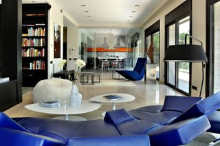 Open space cu bucatarie si living cu mobilier model futurist