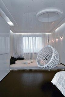 Scaun balansoar impletit suspendat in dormitor