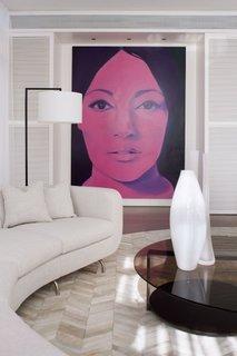 Decor modernist cu portret supradimensionat pe perete de accent
