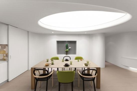 Dining cu masa mare patrata si doua modele diferite de scaune