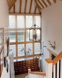 Casa scarii amenajata in combinatie de alb si lemn masiv