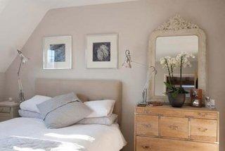 Dormitor micut cu comoda din lemn si noptiera alba retro