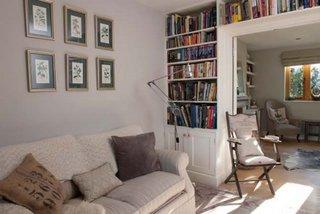 Living mic cu biblioteca pe perete amenajat vintage