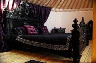 Design dormitor modern in stil gotic cu pat negru pe mijloc