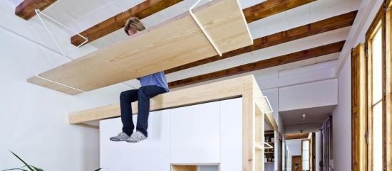Masa suspendata de grinzile de lemn