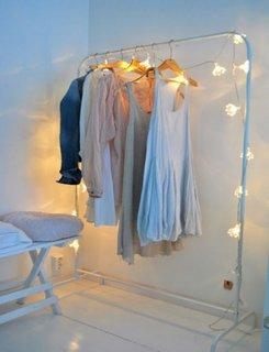 Dormitor alb intr-o atmosfera visatoare
